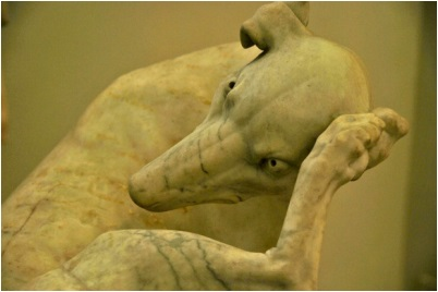 Marmeren beeld hondje