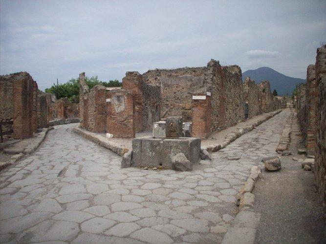 Tour Pompeii kruispunt van straatjes met waterput