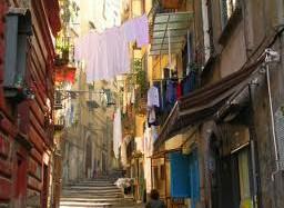 smal straatje in Napels met overhangende waslijnen