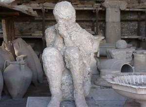 gipsen afbeelding van zittende persoon schuilend voor de uitbarsting van de Vesuvius