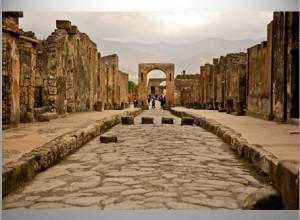authentiek straatje met hoge overstap stenen in Pompei